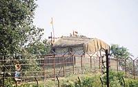 குழந்தை ராமனின் கொட்டகை. அருகில் செல்ல இயலாத காரணத்தால் பின்புரத்திலிருந்து எடுத்த படம்